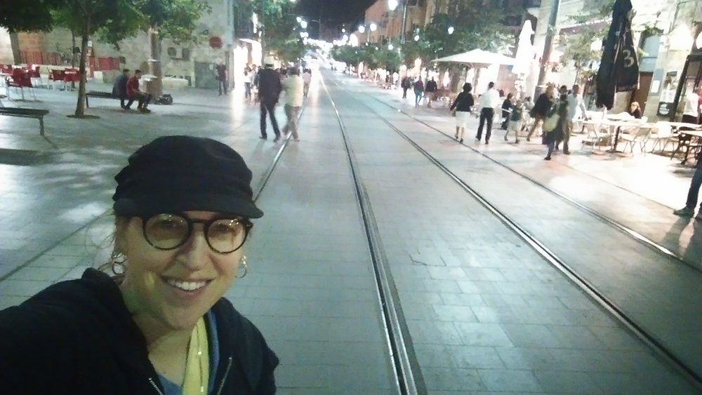 mayim bialik on street in israel