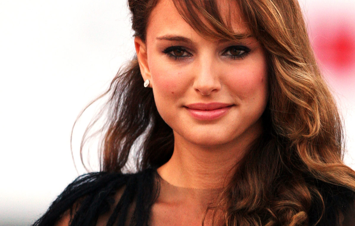 """VENICE, ITALY - SEPTEMBER 01: Actress Natalie Portman attends the """"Birdwatchers - La Terra Degli Uomini Rossi"""" premiere at the Sala Grande during the 65th Venice Film Festival on September 1, 2008 in Venice, Italy. (Photo by Dan Kitwood/Getty Images)"""