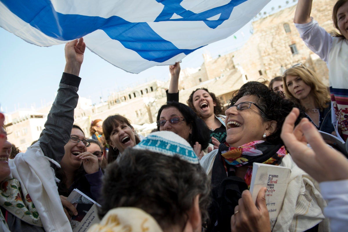 Women_of_the_Wall_celebrating_with_the_flag_of_Israel