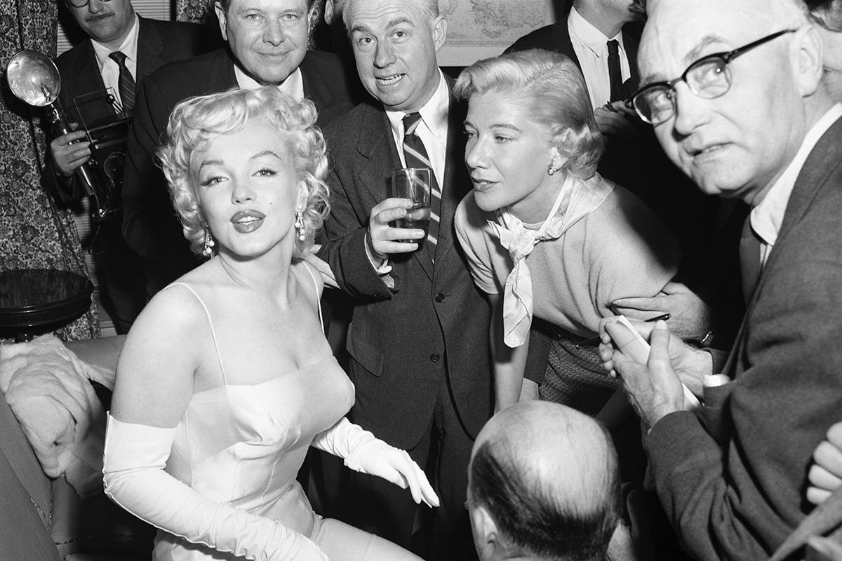 Marilyn Monroe otoczona fotografami
